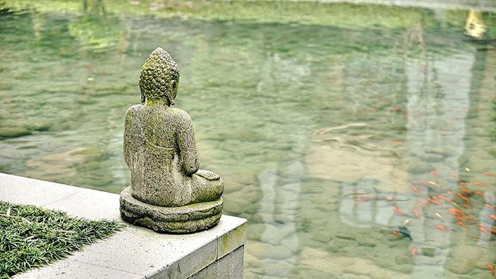 buddda facing the water
